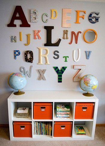 アルファベットオブジェを壁に。 日ごろからアルファベットに触れて勉強にもつながりますね。