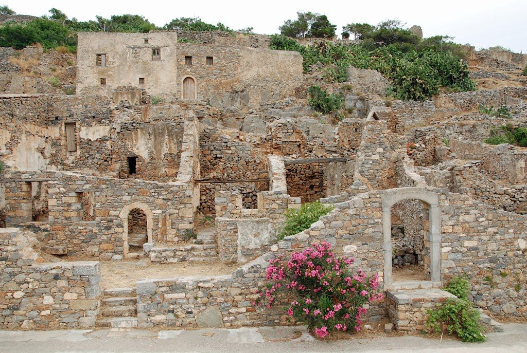 Walking inside Spinalonga fortress