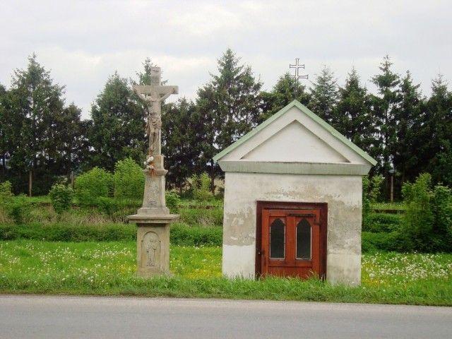 Šternberk-Olomoucká ulice-kaple s kamenným křížem