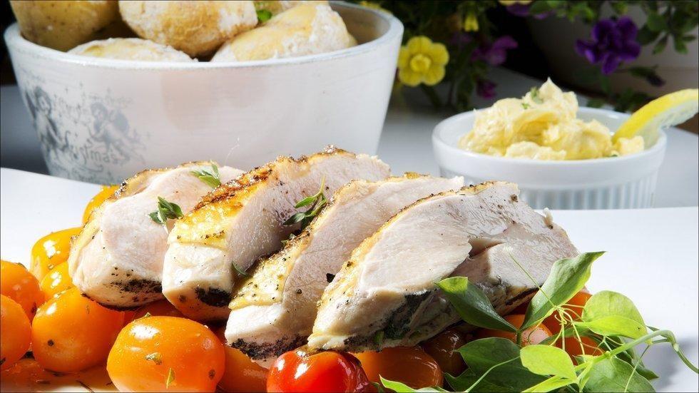 Kyllingbryst med med bakte tomater, saltbakte poteter og sennepssmør  - Kylling i alle varianter er den perfekte sommermat. Den kan tilberedes i friluft på grillen, eller innomhus når du føler at uttrykket «himmelens åpne sluser» bare blir en blek klisjé. Store saftige kyllingbryst av landkylling er å foretrekke. Med tilbehør av søte småtomater som bakes i grillen, er det meste av middagen unnagjort i en fei. Saltbakte nypoteter og sennepssmør sikrer et vellykket grillmåltid.