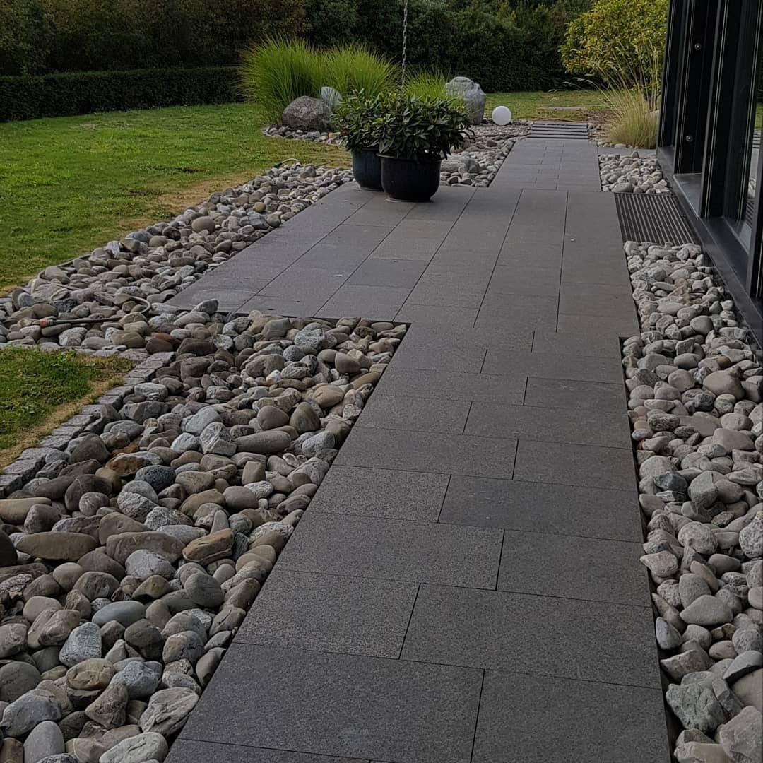 Gartenweg Mit Platten Und Spritzschutz Mit Flusskiesel Garten Gartenweg Platten Terrassenplatten Terassenplanung Gartenbau Galabau Landsch In 2020 Sidewalk Deck