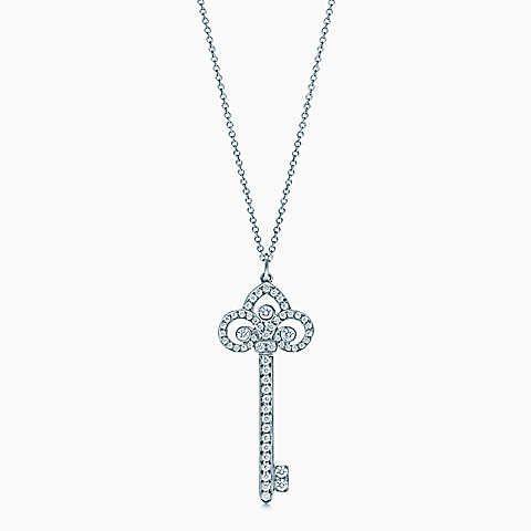 Pendente chave fleur de lis Tiffany Keys com diamantes, em platina, em cordão.