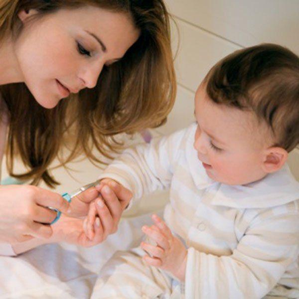 Couper les ongles de b b comment se faciliter la t che bb babies and parents - Comment bien se couper les ongles ...