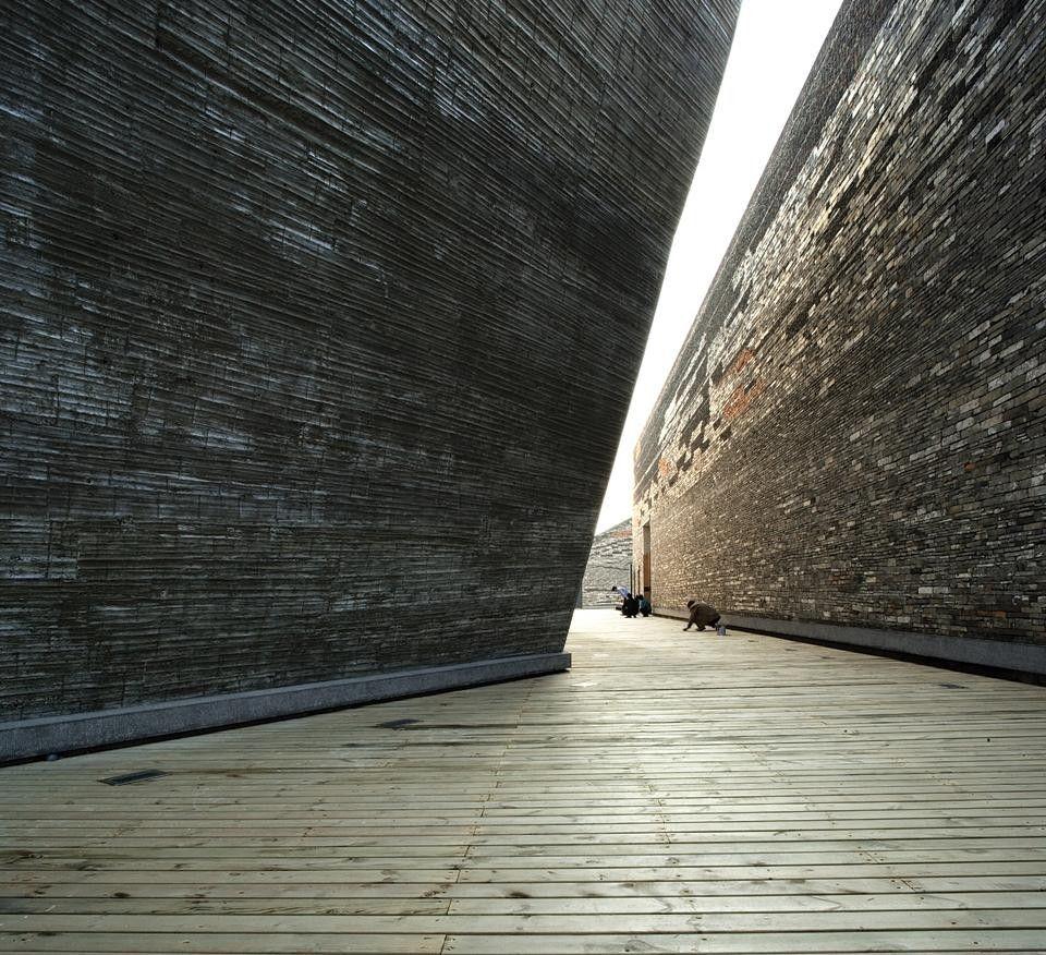 """L'architetto cinese per il quale """"smarrire il proprio passato significa perdere il proprio futuro"""" combina materiali della tradizione con tecniche costruttive avanzate nel suo lavoro, dove passato e futuro convergono."""