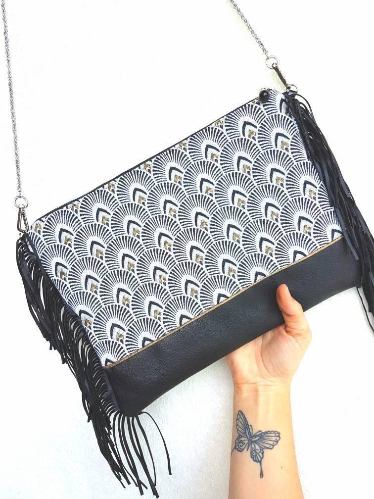 sac à main tout cuir noir avec des motifs