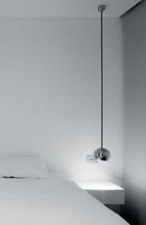 mooie lange hanglamp boven de nachtkastjes iets oosters