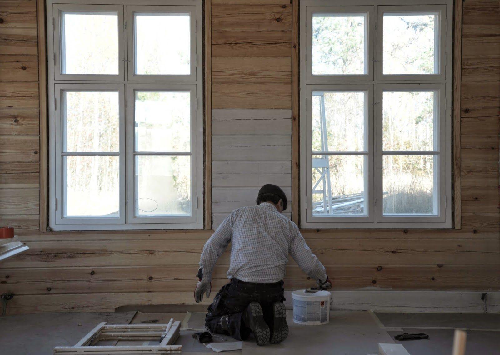 Pömpeli -blogissa maalattiin salin hirsiseiniä valkoisella Lumi-sävyllä. Tavoitteena oli saada hieman kuultava pinta, joten seinät maalattiin vain kertaalleen. Walls painted with Country French Lumi (Snow) by a blogger. Products suit well for wooden walls as they are breathable and traditional.