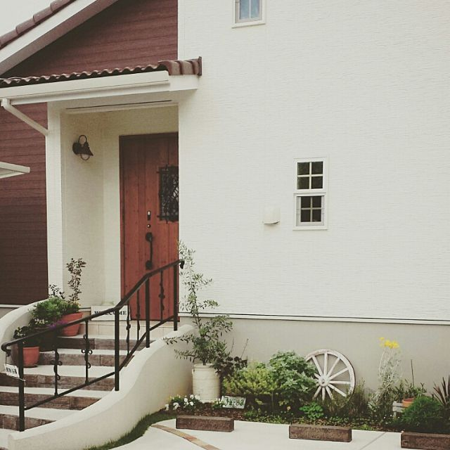 玄関 入り口 オリーブ 花壇 ガーデニング 玄関前 などのインテリア