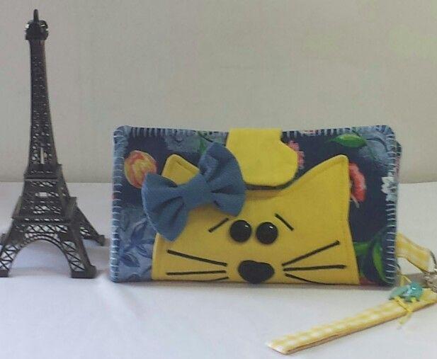 Carteira de tecido com aplicação de gatinha. ...