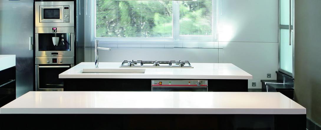Wer Sich Fur Eine Silestone Arbeitsplatte Entscheidet Wahlt Damit Ein Material Aus Das Eine Lange Lebensda Bathroom Mirror Lighted Bathroom Mirror Home Decor
