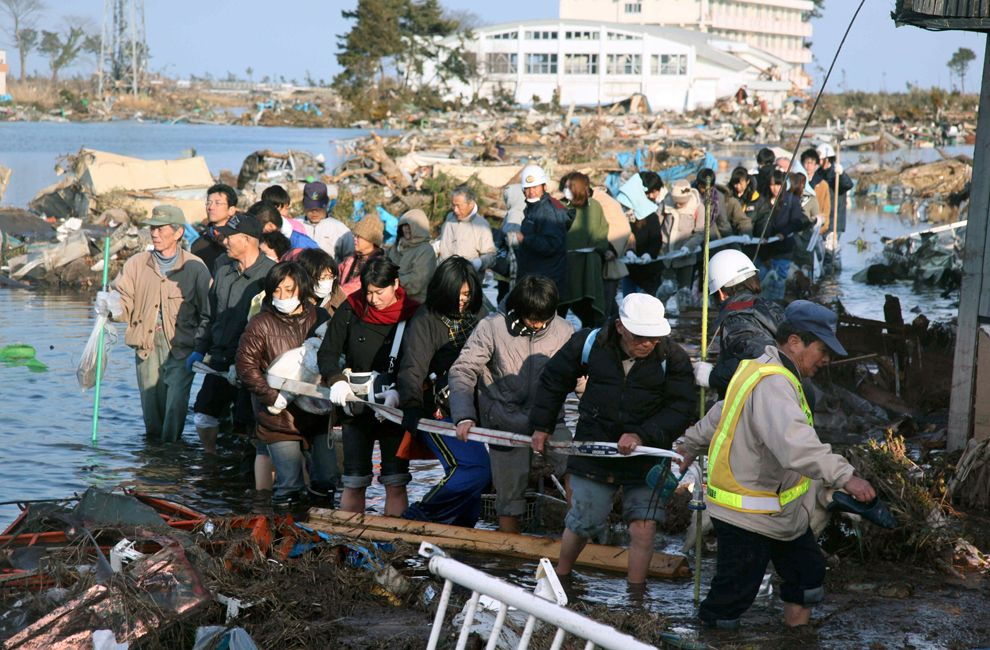 young-people-in-japan-and-volunteerism-beach