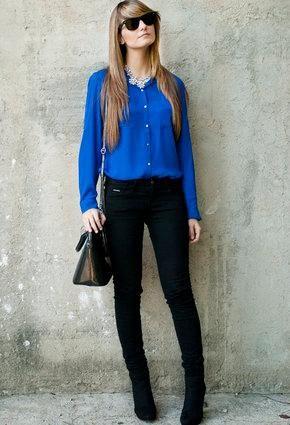 2c57c8d8dece8 Cómo combinar una camiseta azul eléctrico. El azul eléctrico o azul klein  es un color que puede costar combinar a la hora de vestirnos