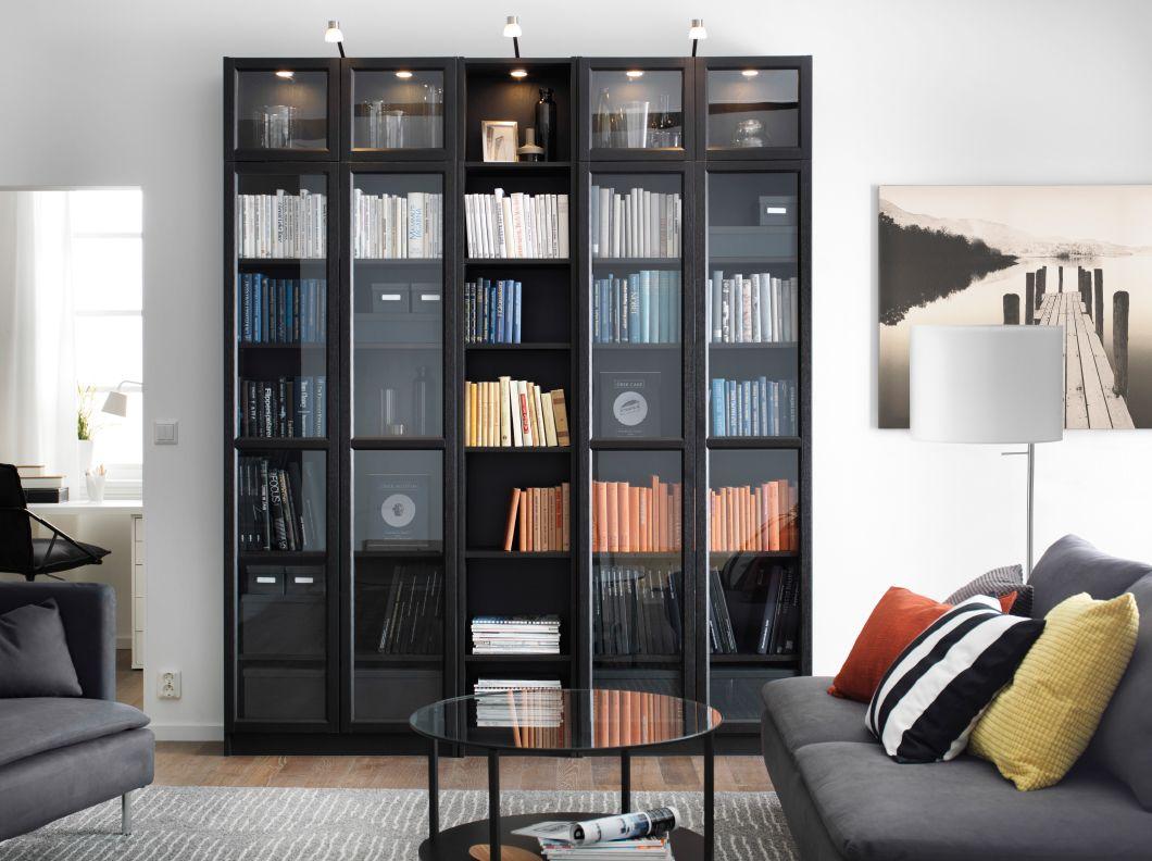 Soggiorno con libreria billy marrone nero e divano for Soggiorno con divano