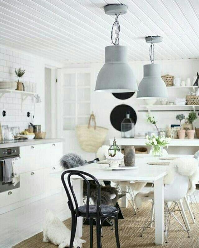 Salle à manger en blanc et bois, suspension lampe indus gris pastel
