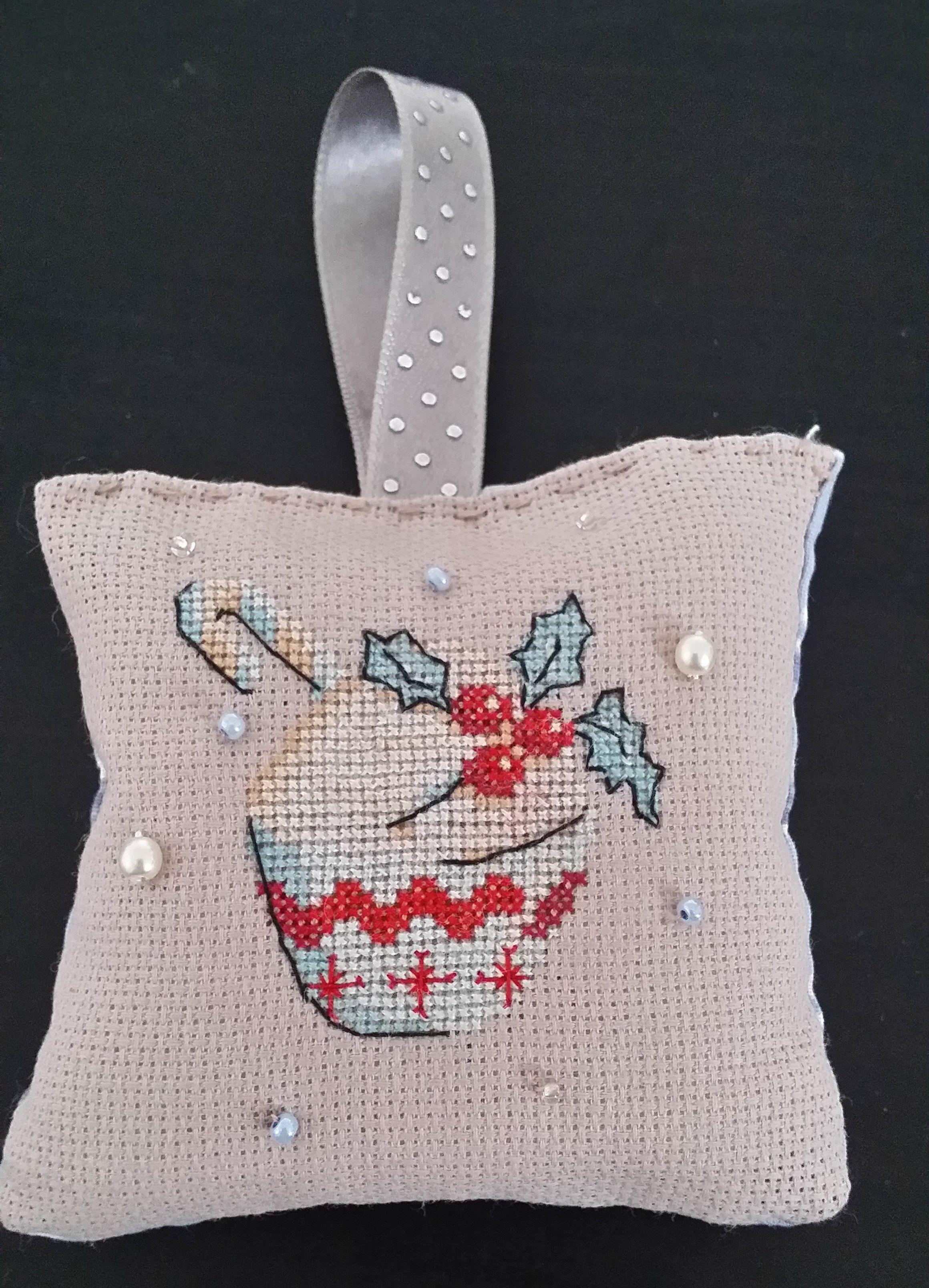 * Cupcake de Noël décoré de perles * http://brodeusedetoiles.fr/