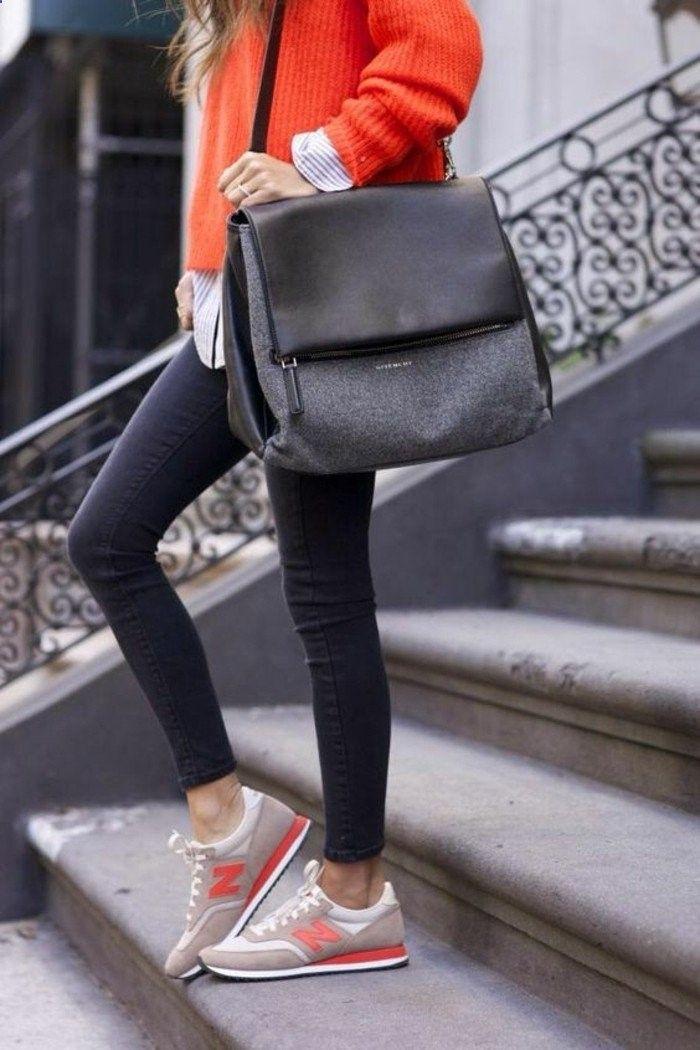 denim slim de couleur gris foncé, sneakers femme beige et orange