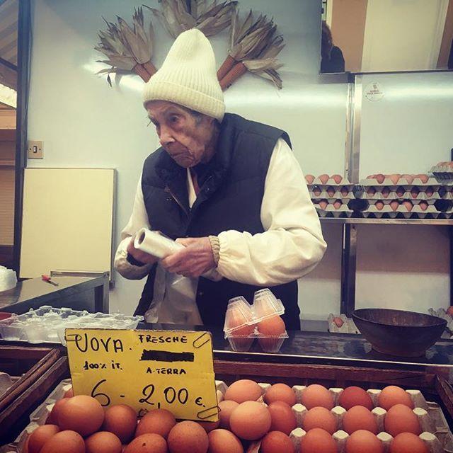 La signora del mercato😄 the market lady. #mercatocentrale #allevettovaglie #livorno #leghorn #toscana #tuscany #eggs #uova #tourguide #guidaturistica #portrait #ritratto #betuscan #kindness #gentilezza #life #vita #igerslivorno #igersitalia #igerstoscana #photo #fotografia #photography