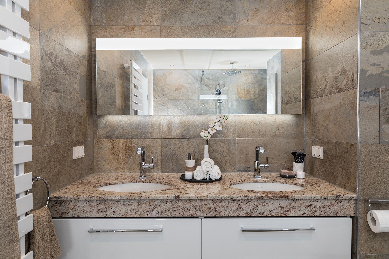Der Moderne Waschtisch Mit Einer Massiven Marmorplatte Enthalt
