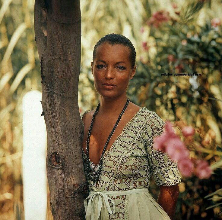 En vacances dans le sud de la France - région qu'elle chérissait - la peau brûlée par le soleil qu'elle aimait tant, Romy pose dans une de ses longues robes devenues l'une de ses signatures stylistique appuyée contre un arbre dans un jardin ombragé et fleuri. On entend les cigales chanter, et si l'ont sait écouter et bien prêter l'oreille, on saura entendre la voix de David et ses éclats de rire sans nulle autre pareil...