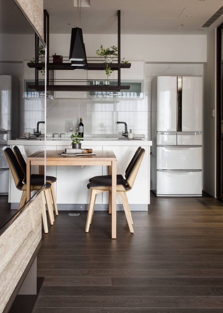 Parquet foncé, lambris bois et parement pierre dans un appartement