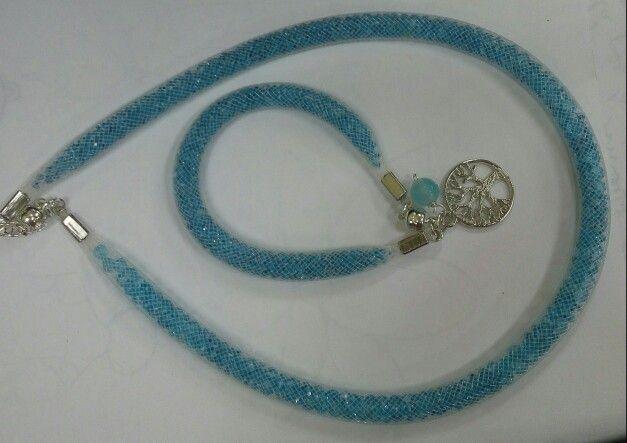 Collar elaborado con malla y cristales