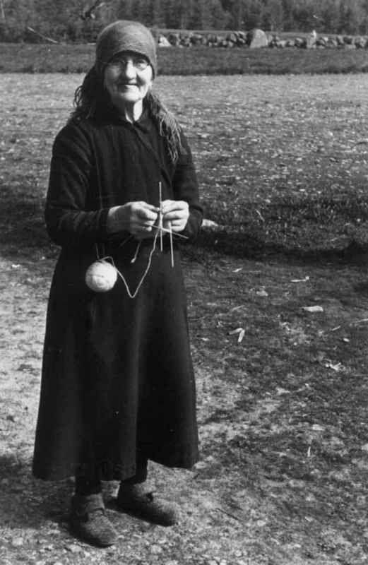 Digitalt Museum - Anna Thorsland, født 1865 går og strikker. Åseral, Vest-Agder 1943.