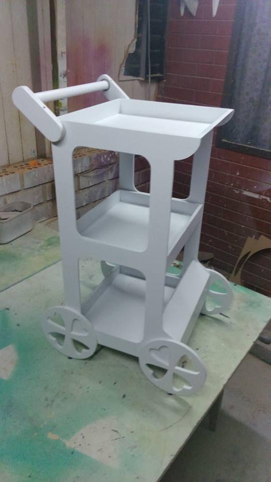 Azafate rodante para atender elegantemente a los for Mesa carro bar madera