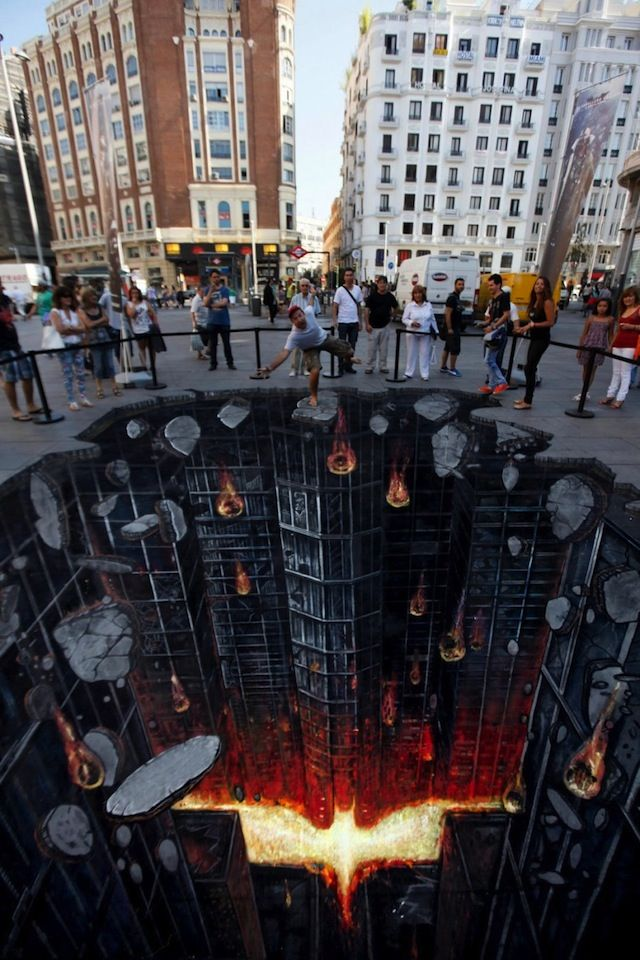 Excellent, on y croit vraiment! RT The most amazing 'Dark Knight' street art ever. // Madrid