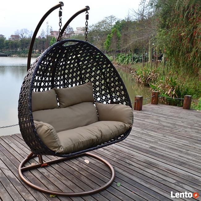Piękna, elegancka dwuosobowa huśtawka ogrodowa niemieckiej marki HomeDeluxe dla wymagających klientów  Stylowo pleciony kosz huśtawki wykonany jest z najwyższej jakości polirattanu  Kosz głęboki i niezwykle wygodny   Huśtawka dostępna w 3 klasycznych kolorach białym, brązowym i     is part of Backyard chairs -