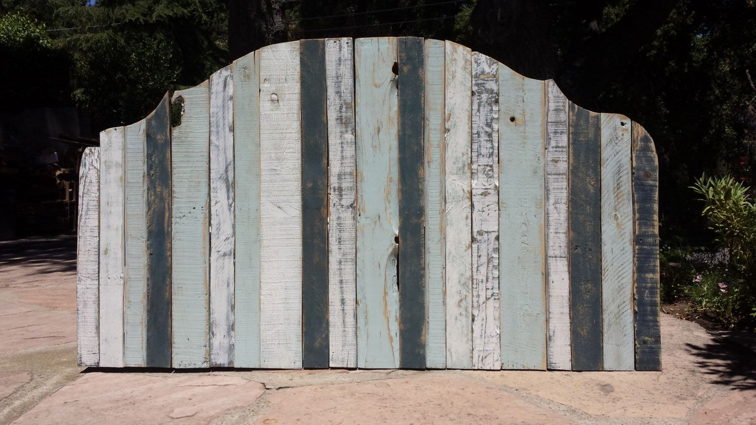 Standard or California King pallet wood headboard - Distressed Paint by SecondLifeWoodWorks on Etsy https://www.etsy.com/listing/182734037/standard-or-california-king-pallet-wood