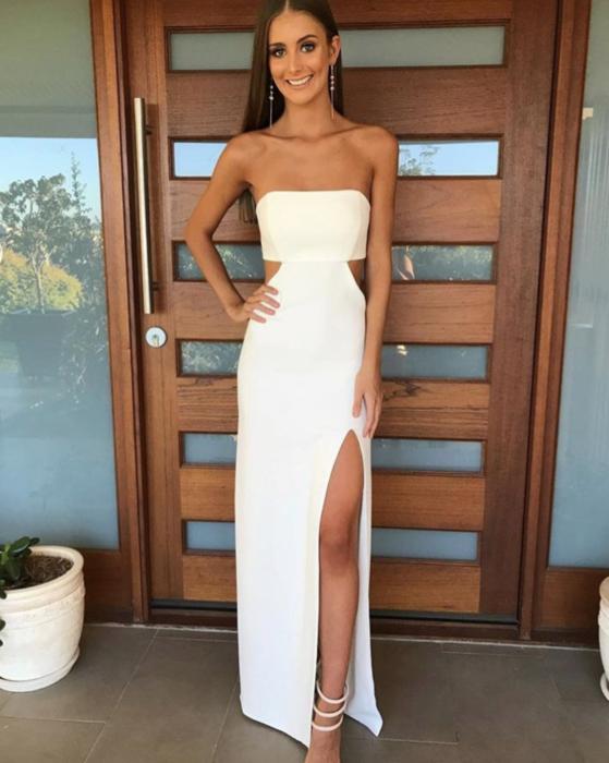 Chica Usando Un Vestido Blanco Straple Con Una Abertura En La Pierna Vestidos Blancos Vestidos De Fiesta Con Abertura Vestidos De Fiesta Blancos