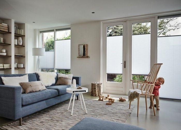 Plissees wohnzimmer blaues sofa helle wände Einrichtungsideen - deko wande wohnzimmer