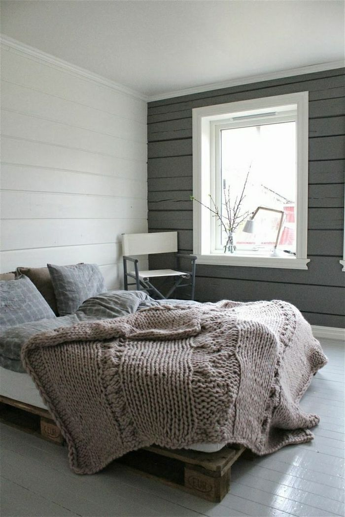 bett aus paletten schlafzimmer graue wand minimalistisches interieur gestrickte schlafdecke. Black Bedroom Furniture Sets. Home Design Ideas