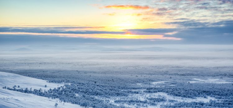 Paisaje nevado viaje laponia puente diciembre