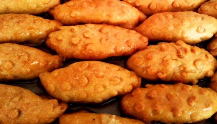 """Kalbura bastı bildiğiniz gibi mutfağımızın bilinen hamurlu tatlılarından olup, adını buğday ve un elemede kullanılan 'kalbur"""" denilen elek üzerinde hazırlandığından bu adı almıştır. Kalbura bastırılarak şekil verilen bu..."""