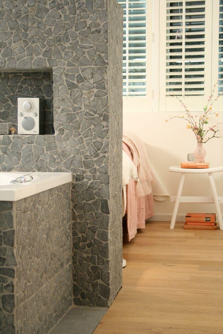 Praxis | Een rustgevende badkamer met een stenen muur en lichte ...