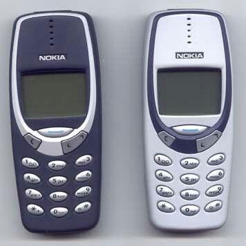 Wir begeben uns zurück in das Jahr 2000. Wer erinnert sich an diese zwei Kandidaten? Das Nokia 3310 und Nokia 3330 erfreuten sich großer Beliebtheit und boten die Möglichkeit, SMS zu versenden - was damals nicht üblich war.