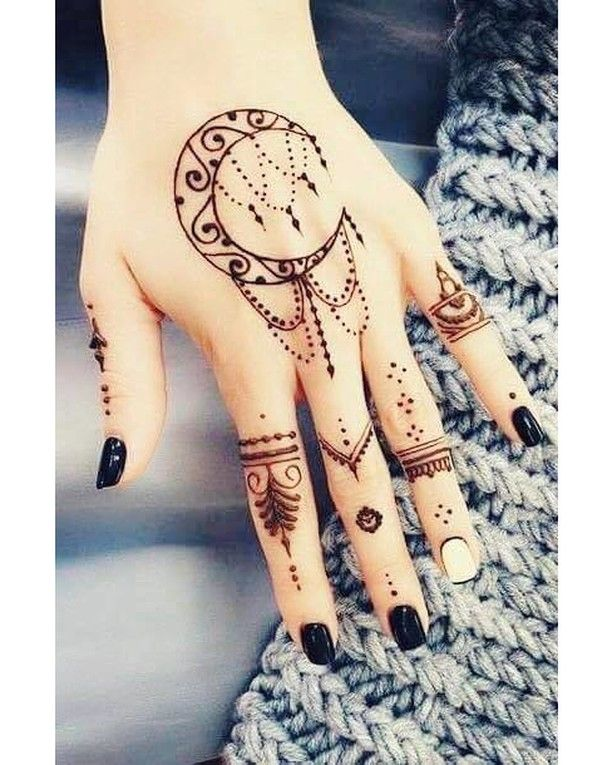 اخترنا لك اليوم نقشة حناء مستوحاة من أجواء شهر رمضان ما رأيك بها Hiabeauty Henna حنة Henna Tattoo Designs Simple Henna Tattoo Designs Mehndi Designs