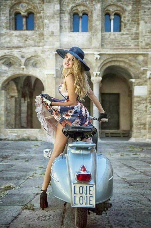 Superbe scooter Piaggio Vespa d'Italie et son modèle femme. Les mannequins et l... - #dItalie #femme #les #mannequins #modele #Piaggio #SCOOTER #son #Superbe #Vespa #piaggiovespa