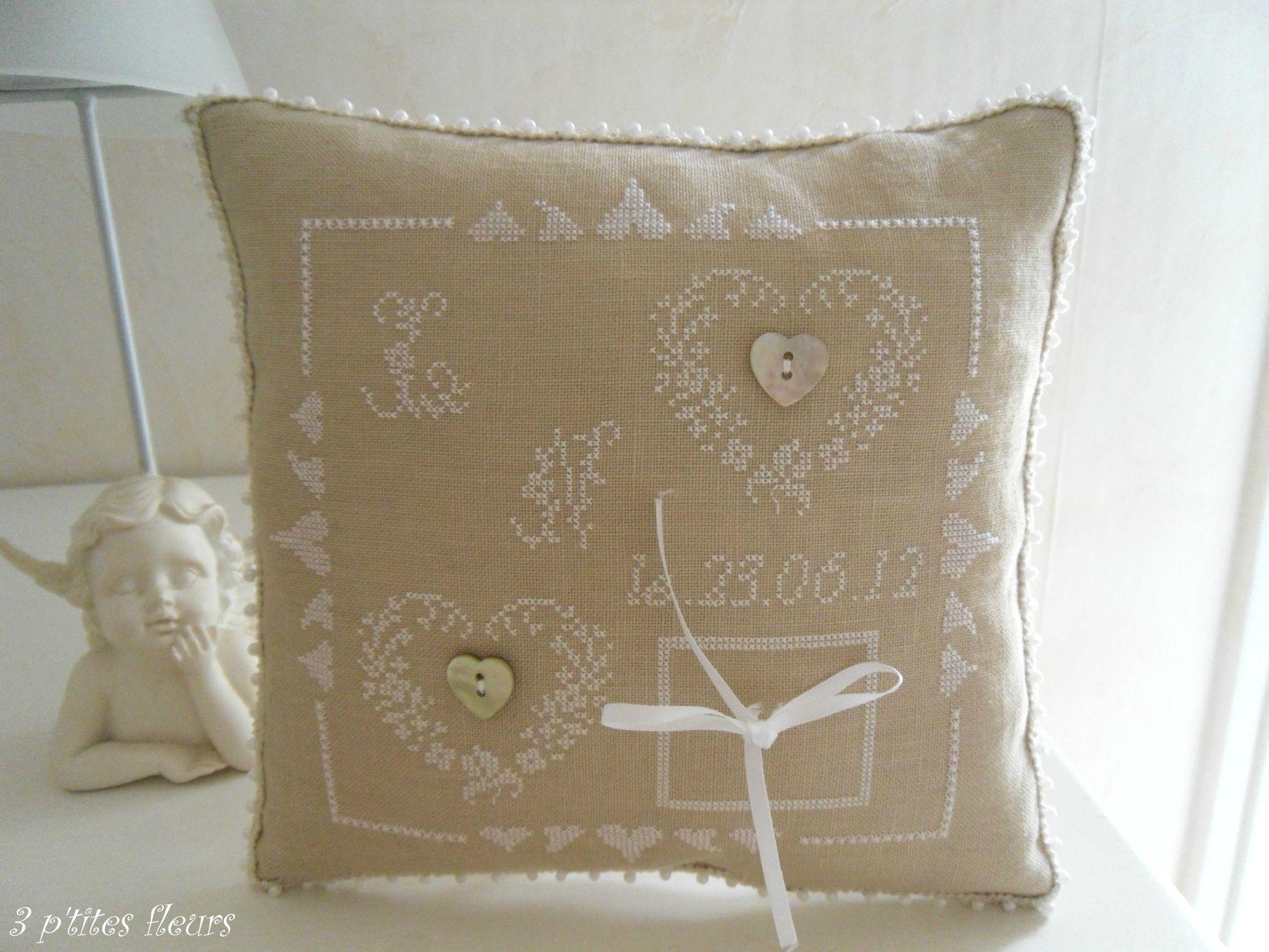 petit coussin pour le mariage broderie point de croix pinterest petits coussins le. Black Bedroom Furniture Sets. Home Design Ideas