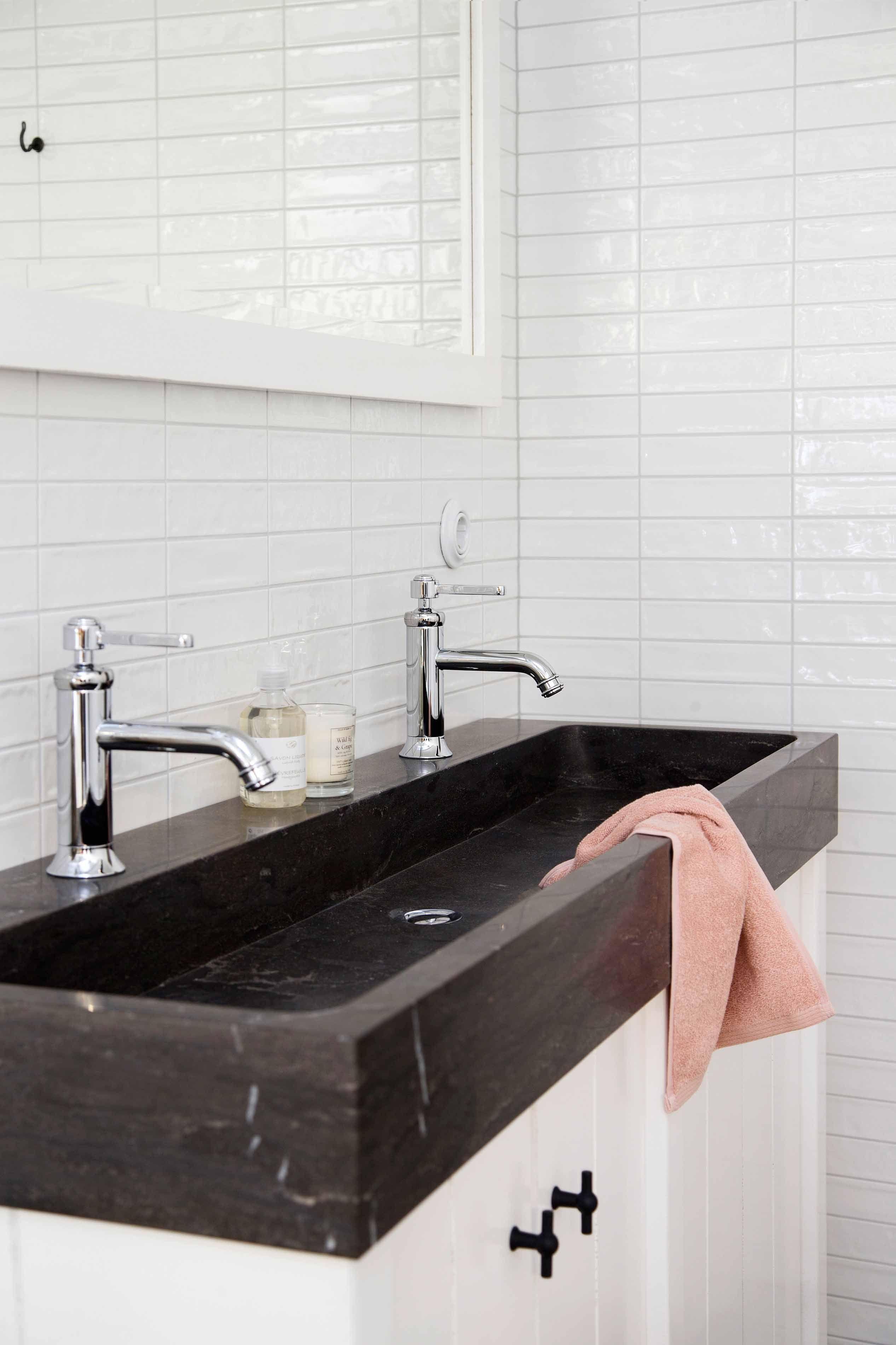 het badkamermeubel 140cm heeft een houten onderkast en een zwart