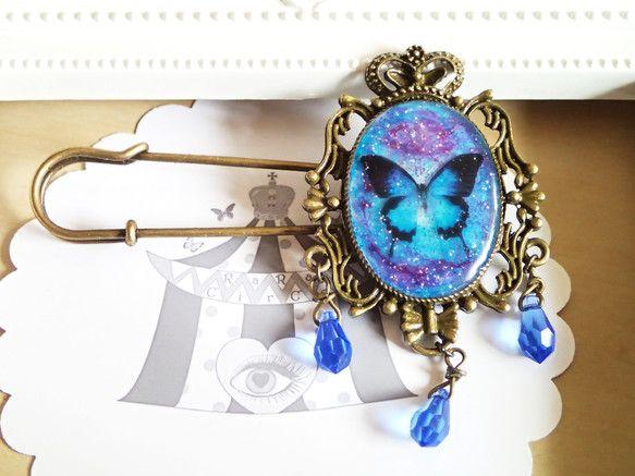 ブルーとマゼンダのマーブル模様の中に蝶を閉じ込めて、下にはスワロビーズをぶら下げています。セッティングのサイズは約5×3.8cmです。 ハンドメイド、手作り、手仕事品の通販・販売・購入ならCreema。
