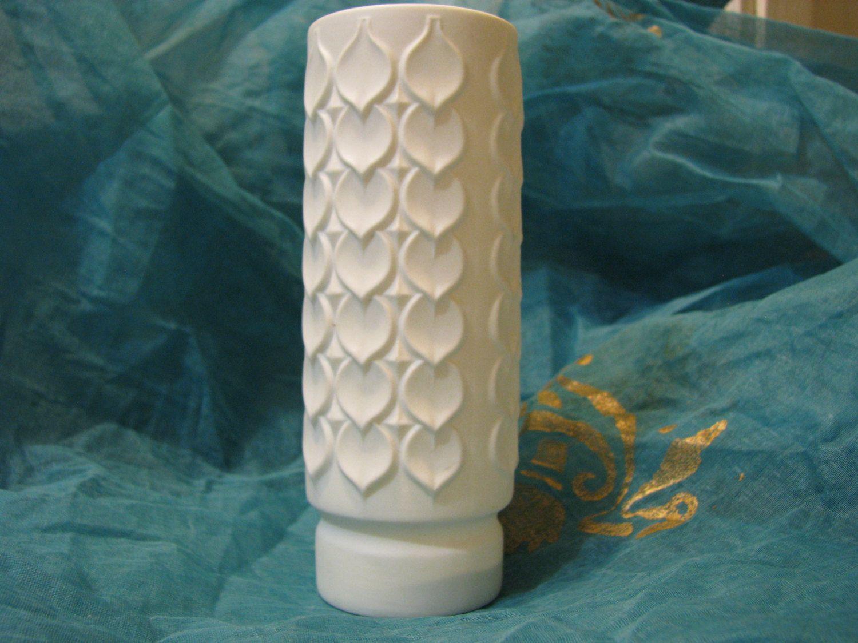 White Bisque Porcelain Vase – 1960s vintage Op Art – Hearts & Leafs Relief Décor – German AK Kaiser – Mid Century Modernist Design von everglaze auf Etsy