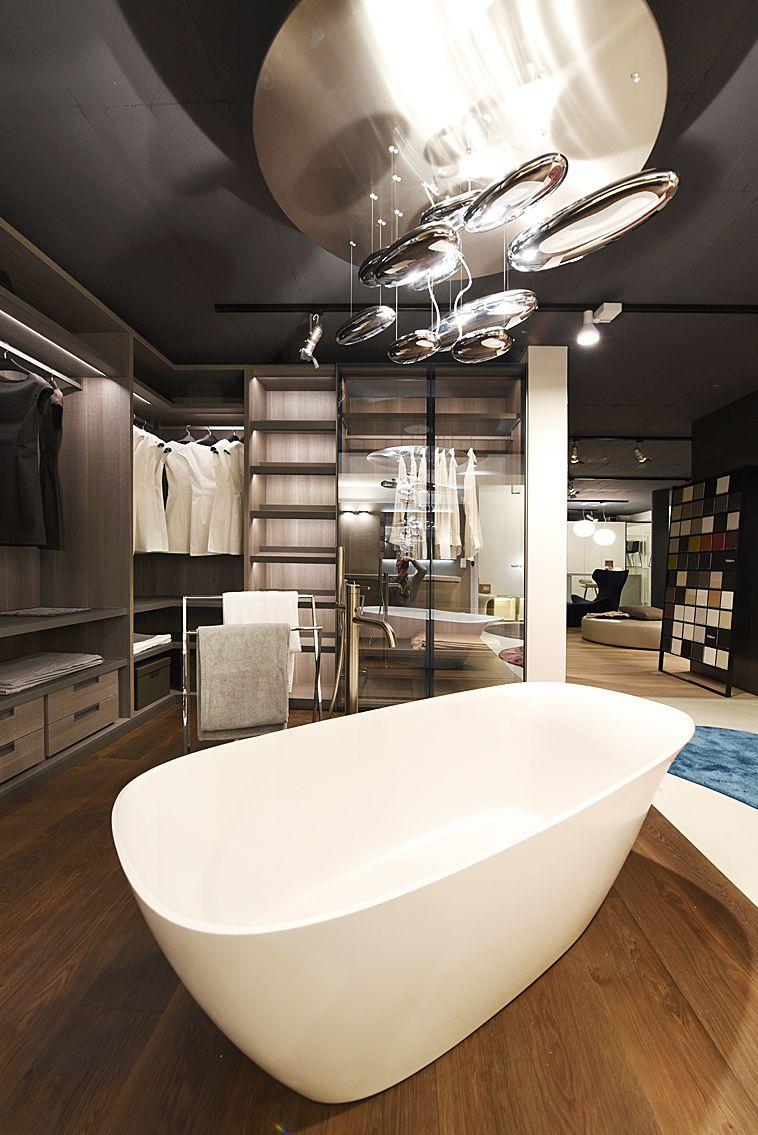 Cabina armadi Poliform, vasca centro stanza, lampada Artemide ...