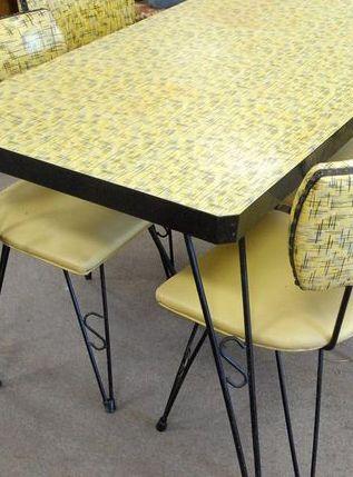 Table Et Chaises Formica Jaune à Motifs Gris Années 50