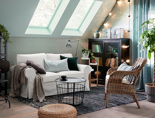 Ein Wohnzimmer mit einem EKTORP 2er-Sofa mit Bezug \u201eVittaryd\u201c in