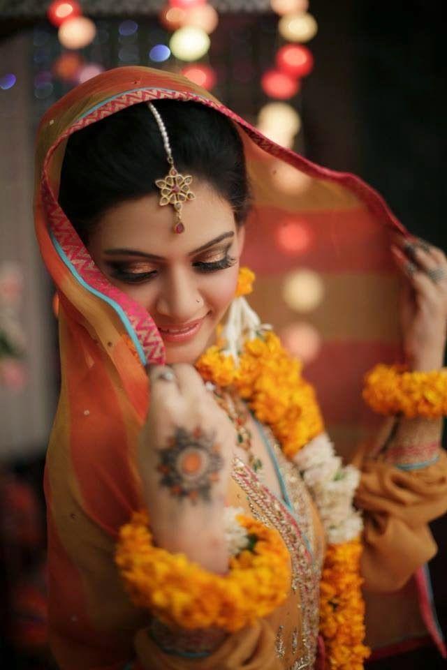 Mehndi Photography Fb : Cute bridal in yellow dupatta fb dp facebook