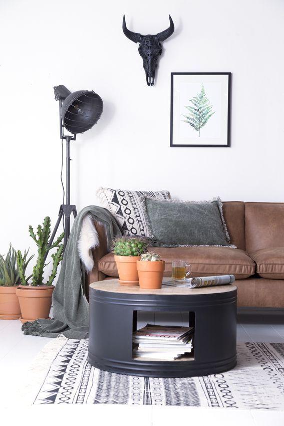 Deze stoere salontafel heeft de vorm van een vat of ton en is gemaakt van mangohout, gecombineerd met zwart ijzer. Het open gedeelte kunt u bijvoorbeeld gebruiken om uw tijdschriften te bewaren.