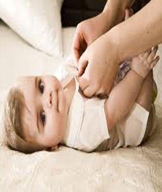 تضطر الأم لمعاقبة ولدها ولكن سرعان ما تأخذه بين أحضانها إن أرق الألحان وأعذب الأنغام لا يعزفها إلا قلب الأم على ركبتي ال Cute Babies Cute Baby Photos Baby