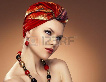 Bellezza moda donna con i capelli avvolti in turbante modello abbastanza caucasica che indossa orecc Archivio Fotografico